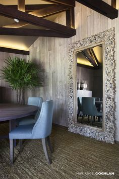 Busca imágenes de diseños de Comedor estilo : Espejo de piso. Encuentra las mejores fotos para inspirarte y y crear el hogar de tus sueños.