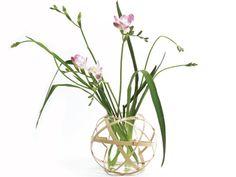 くす玉花入れ。  竹ひごをボール状に組み、ガラスの器と組み合わせた花器。 竹ひごの繊細さが、儚げな花とよく似あいます。 画像のように少なめに活けるのが良さそうです。
