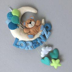 Ti presento questo fiocco nascita con un dolce orsetto che regge dei palloncini, che può essere usato anche come decorazione per la cameretta del tuo bambino. E interamente realizzato a mano, dal taglio al cucito allassemblaggio, è in pannolenci con dettagli in filato o nastro, ed è