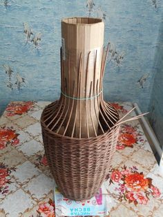 Arts And Crafts Museum Paper Basket Weaving, Basket Weaving Patterns, Willow Weaving, Newspaper Basket, Newspaper Crafts, Diy And Crafts, Arts And Crafts, Bamboo Crafts, Rattan Basket