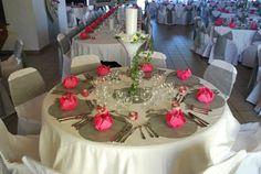 Décor Blanc, gris et fushia à la salle communale de Martin-Eglise- Centre de table floral dans vase martini