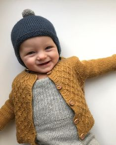 Min lille uldbaby he vinterklar med Albert Pilothue, Carls Cardigan og Willums . Knitting For Kids, Baby Knitting Patterns, Baby Patterns, Crochet Patterns, Baby Cardigan, Knit Cardigan, Pinterest Baby, Knitted Baby Clothes, Baby Winter
