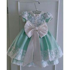 Tem no Blog: Vestidos de festa para bebês Little Dresses, Little Girl Dresses, Girls Dresses, Flower Girl Dresses, Frocks For Girls, Kids Frocks, Frilly Dresses, Cute Dresses, Little Girl Fashion