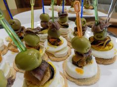 ¡ Una delicia para nuestros sentidos !. Los canapés de anchoas con queso son unos pequeños bocados salados. Son una delicia.