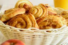 Das Wochenende ist da und es gibt wieder Kleingebäck. Mir war nach Hefe und Äpfeln. Apfelkuchen gibt es bestimmt auch bald wieder, ich wollte aber auch gleichzeitig wieder Zimtschnecken machen - und was passt besser zu Zimt als Äpfel? Na gut, Kirschen und noch einiges mehr. Aber, wie gesagt, es sollten ja Äpfel sein. Außerdem…