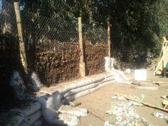 Seguimos levantando el muro perimetral del #Quincho con #Ecoladrillos amarrados, malla galvanizada, y mezcla de tierra con alfalfa seca y agua 003