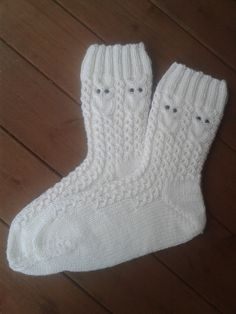 Pöllösukat | Novita knits Knit Mittens, Crochet Slippers, Mitten Gloves, Knitting Socks, Hand Knitting, Knitting Patterns, Knit Crochet, Crochet Patterns, Woolen Socks