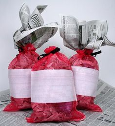 Mesh Crawfish Sacks make fun Crawfish Boil Centerpieces! Live Crawfish, Crawfish Party, Seafood Boil Party, Shrimp And Lobster, Crab Stuffed Shrimp, Cajun Decor, Low Country Boil, Condiment Holder, Fried Fish