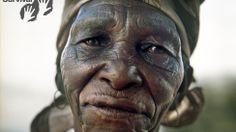 Los bosquimanos son el pueblo originario del sur de África.  Entre 1997 y 2002 casi todos los bosquimanos fueron expulsados de sus hogares en la Reserva de Caza del Kalahari Central (CKGR, según sus siglas en inglés) y conducidos a campos de reasentamiento fuera de la reserva, donde no solo se les niegan sus medios de vida, sino que son humillados por actitudes racistas endémicas. Que nos llamen primitivos. Que nos llamen gente de la Edad de Piedra. Nuestro modo de vida nos viene bien…