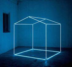 L'artiste italien Massimo Uberti crée des installations de lumières avec des néons qui ressemblent à des dessins de structures ou d'objets en volume dans l'espace.
