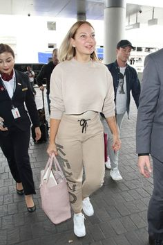 No Wigs, No Hats, and No More Hiding: Sia Shows Her Face at LA Airport - http://viralfeels.com/no-wigs-no-hats-and-no-more-hiding-sia-shows-her-face-at-la-airport/