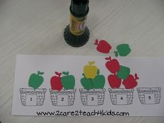 reflections of an early childhood teacher: Apple Basket Counting Activity ~ Free Printable Preschool Apple Theme, Preschool Centers, Fall Preschool, Preschool Themes, Preschool Lessons, Preschool Classroom, Preschool Learning, Kindergarten Math, Preschool Apple Activities