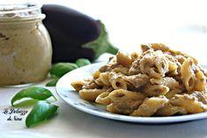 La pasta con crema di melanzane e parmigiano è un primo piatto saporito e goloso. Se amate le melanzane dovete per forza provarlo!