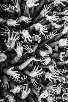 red-lipstick: DrewHopper aka Drew Hopper (Australia) - Trapped, 2013 These sculptures lead up to the entrance of Wat Rong Khun aka the White Temple which is a Buddhist temple in Chiang Rai, Thailand Black N White, Black White Photos, Black And White Photography, Film Noir Fotografie, Foto Fashion, Arte Horror, Beste Tattoo, Belle Photo, Monochrome