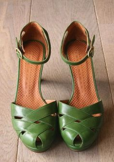 Great shoes! Really wish I owned these! (Love the straps and the beautiful green color!)
