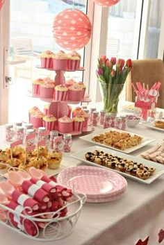 tisch dekorieren in rosa tischdeko mit tulpen frühlingsblumen Baby Shower Table, Shower Party, Baby Shower Parties, 1st Birthday Girls, 16th Birthday, 1st Birthday Parties, Birthday Decorations, Baby Shower Decorations, Ballerina Party