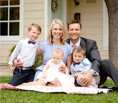 50 Outstanding Examples Of Family Photography | AntsMagazine.Com. On front porch steps.