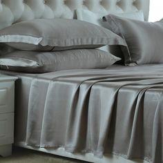 Gris-Plata, Nuestras sábanas encimeras de #seda se han fabricado con la mejor seda de #morera de #19 mm, que es hermosa, suave y lujosa. Se puede ajustar de forma natural a la temperatura del cuerpo, es resistente al polvo y te brinda un sueño maravilloso. De: https://www.oosilk.com/es/silk-flat-sheets-c.html