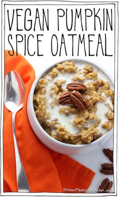 Vegan Pumpkin Spice Oatmeal. The perfect quick, easy, hearty and healthy breakfast for autumn. Takes just 5 minutes to make! Great for Thanksgiving breakfast. #itdoesnttastelikechicken