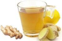 Thee met gember, uitgeperste citroen en honing bij keelpijn