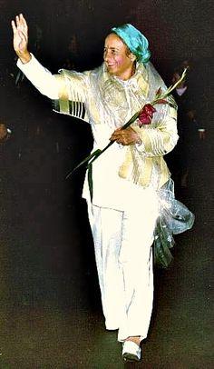 Lovitură de stat 1989   Nicolae Ceauşescu Preşedintele României site oficial Mtv, Statue, History, Halloween, Instagram, Military, Historia, Sculptures, Spooky Halloween