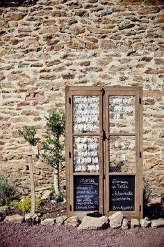 C'est fou tout ce qu'on peut faire avec de la récup. Une vieille fenetre patinée donnera ses lettres de noblesse à un mariage rustique. http://www.savethedeco.com/
