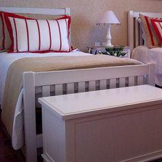 Quarto de solteiro nas cores branco com detalhe vermelho #colchas #decor #decoração #decorideas #detalhes #cores #colors #instahome #interiordesign #quartos #kidsroom