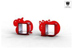 Simpatici cubi della linea O.Zero, li puoi appendere o lasciare sul pavimento, la loro funzione è di mensola, la loro forma e appeal incredibile. Dimensione cubo da 40x40x40. struttura in alluminio con rivestimento in legno/plexiglass.