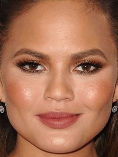 From Smoky Eyes to Flawless Skin: 32 of the Best Skin, Hair and Makeup Looks Lately Contour Makeup, Kiss Makeup, Beauty Makeup, Hair Makeup, Glam Makeup, Beauty Tips, Chrissy Teigen Face, Chrissy Teigen Style, Round Face Makeup