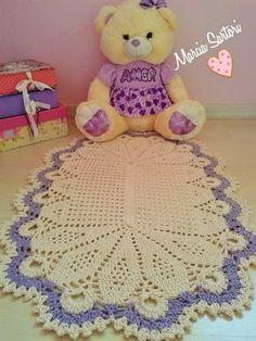 Lindo tapetinho para decorar com amor o quartinho de seu baby! Pode ser feito nas cores que combinem com sua decoração. Medidas 0,88 X 0,58 Outras medidas consultar valor Objetos não acompanham o tapete..