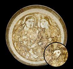 Türk Selçuklu Seramik Tabak. 12-13.yy. Hatunun elinin üzerindeki Dövme dikkat çekiyor. Pottery Bowls, Ceramic Bowls, Ceramic Pottery, Pottery Art, Islamic World, Islamic Art, Art Nouveau, Iranian Art, Middle Ages