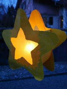 lantern for Martinmas! via mamas kram: Liechtli miLovely lantern for Martinmas! via mamas kram: Liechtli mi Lantern Crafts, Light Crafts, Star Lanterns, Paper Lanterns, Fete Saint Martin, Diy Halloween, Christmas Art, Xmas, Diy For Kids