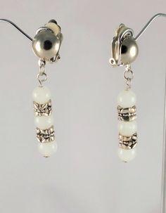 Boucles d'oreilles pierre blanc et argent en jade blanc et anneaux métalliques ciselés