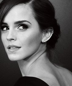 This is a beautiful ear cuff/climber/earring!--emma watson Ear cuffs are a pretty way to add decoration to ears without additional piercings. Lucy Watson, Freida Pinto, Pretty People, Beautiful People, Beautiful Women, Enma Watson, Actrices Sexy, Use E Abuse, Famous Faces