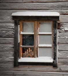 Kynttilät ikkunalla, Hämeenlinna - photo by Hannu Laatunen