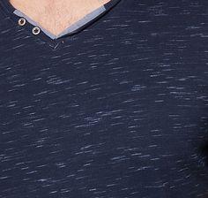 T-Shirt mit Print am Arm für Männer (gemustert, kurzärmlig mit V-Ausschnitt)…