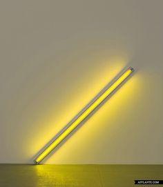 La Diagonale du 25 mai 1963 (pour Constantin Brancusi)(1963), Dan Flavin, tube fluorescent jaune 244cm (longueur du tube), New York, Dia Art Foundation