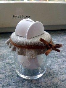 Barattolino in vetro contenente gessi profumati con tappo rivestito con stoffa e nastrino in alcantara sulla cui sommità è stato applicato un ulteriore gessetto profumato
