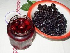 Ez a szederbefőtt a lusta asszonyok szederszörpje, mert nem kell pépesíteni, se szitán áttörni, csak sziruppal leforrázni a nyers gyümölcsöt és kész. Diy Food, Milkshake, Preserves, Blackberry, Pickles, Smoothies, Food And Drink, Cooking Recipes, Pudding