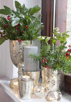 Grünzweige, Beeren und silberne Vasen
