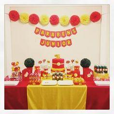Mesa tema super herói Flash com kit festa infantil Ouro #aniversario #menino…