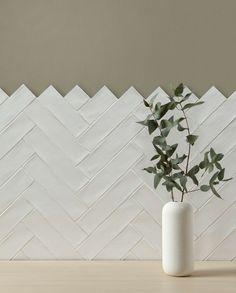 Bonheur white ceramic tiles from Artisans of Devizes. Simple white tiles in a herringbone pattern. White Herringbone Tile, Chevron Tile, Herringbone Pattern, Kitchen Splashback Tiles, Kitchen Tiles Design, Wall Tiles Design, Backsplash Tile, Tiling, Chevron Kitchen