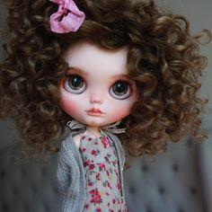 Mila  _______________________________________________________ #BlythebyCihui #BlytheDoll #BlytheCustom #CustomBlythe #Blythestagram #Blytheaday #Blythe #ArtDoll #InstaDoll #instablythe #DollPhotography #BlytheLover #OOAKblythe #blythecustomizer #dollartist #puppelina
