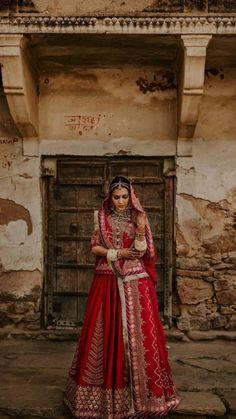 Indian Bridal Photos, Indian Bridal Outfits, Indian Bridal Wear, Indian Fashion Dresses, Rajasthani Bride, Rajasthani Dress, Wedding Lehenga Designs, Indian Bridal Lehenga, Red Lehenga