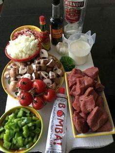 Bekijk de foto van Marga Nijhuis met als titel Gebakken ossenhaaspuntjes met een romige saus op basis van groenten, spekjes en wodka.Tip: ook zonder sterke drank erg lekker! Ingrediënten: • 250 gram champignons • 1 groene paprika • 1 grote ui • 5 trostomaten • 125 gr gerookte spekblokjes • 3 tenen geraspte knoflook • handje gehakte verse peterselie • roomboter  • 3 el tomatenketchup • 200 ml slagroom • borrelglaasje wodka • 1 el Worcestershire sauce • 1 tl tabasco • zout en peper Bestrooi…
