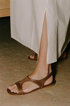 Flat Sandals Outfit, Leather Sandals, Shoes Sandals, Moda Fashion, Fashion Shoes, Sock Shoes, Shoe Boots, Huarache, Beautiful Shoes