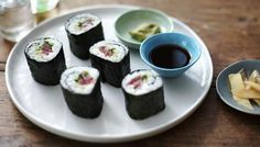 BBC - Food - Recipes : Quick and easy sushi maki (sushi rolls) Maki Sushi Roll, Sushi Take, Sushi Rolls, Salmon Y Aguacate, Sushi Roll Recipes, Asian Recipes, Ethnic Recipes, Yummy Recipes, Bbc Recipes