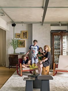 A moradora Andreia e os filhos Thiago, 14 anos, Luigi, 10, e Sofia, 6, curtem cada espaço do apê. Peças garimpadas, como a cristaleira e o bufê, convivem em harmonia com móveis de design, como as poltronas Cité, de Jean Prouvé para a Vitra, na Micasa. As (Foto: Edu Castello/Editora Globo)