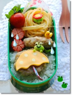 Cute rainy day frog bento box, featuring mashed potato frog & cheese umbrella on top of chicken tsukune burger Japanese Bento Lunch Box, Bento Box Lunch, Food Art Bento, Cute Bento Boxes, Japanese Food Art, Weird Food, Crazy Food, Bento Recipes, Food Crafts