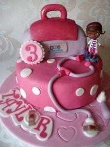Fondant cake Doc McStuffins Party www.ComoOrganizarLaCasa.com mesa de postres fiesta doctora juguetes Pastes de cumpleaños de Doctora juguetes #piñata #DoctoraJuguetes